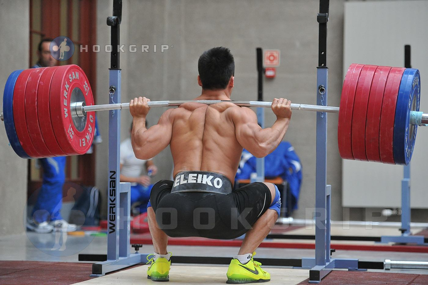 Ultimate-Guide-To-Proper-Powerlifting-Squat-Form-High-Bar-Squat 2